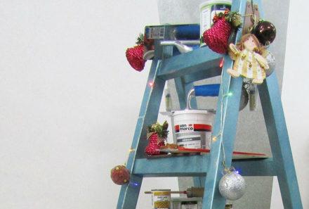 Πως να μετατρέψετε μια ξύλινη σκάλα σε χριστουγεννιάτικο δέντρο